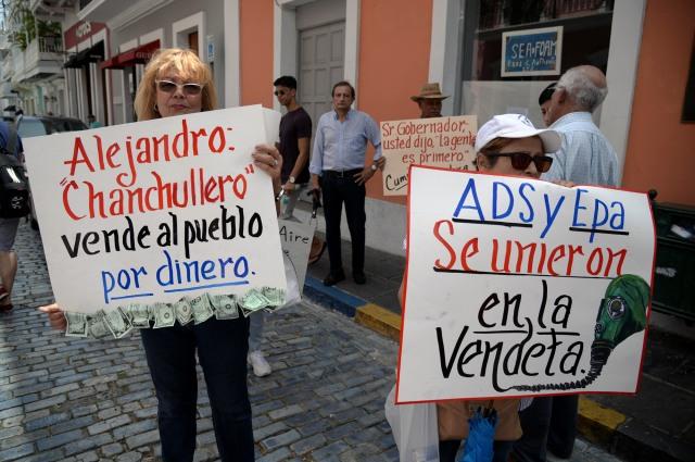 07/09/15. SAN JUAN, PR. PIQUETE DE CIUDADANOS DE ARECIBO LLEVADO A CABO EN LA FORTALEZA CON EL FIN DE DENUNCIAR UNA ALEGADA ALIANZA DEL GOBERNADOR ALEJANDRO GARCIA PADILLA CON LA INCINERADORA PRIVADA 'ENERGY ANSWERS' PARA FACILITAR LA OPERACION DE ESTA EN DICHO MUNICIPIO. (CARLOS GIUSTI/EL VOCERO)